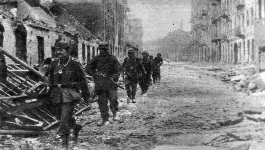 Żołnierze niemieccy w zniszczonej Warszawie. /CAF /PAP