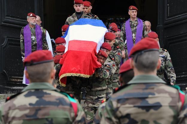 Żołnierze niosą trumnę z ciałem zabitego kolegi /AFP
