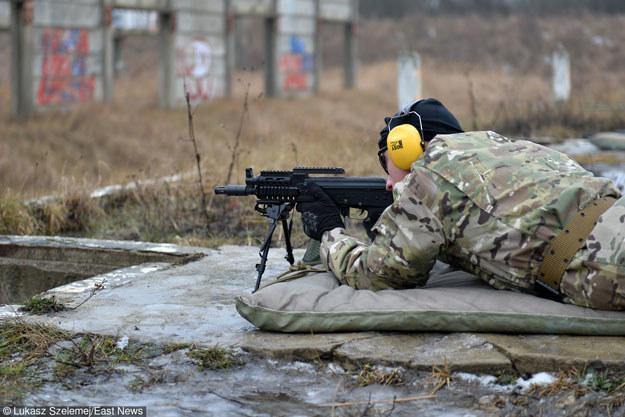 Żołnierze obrony terytorialnej powinni być głównie wyposażeni w lekką broń strzelecką /Łukasz Szelemej /East News