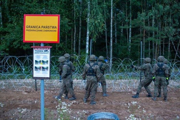 Żołnierze podczas budowy ogrodzenia na granicy polsko-białoruskiej /Marcin Onufryjuk /PAP