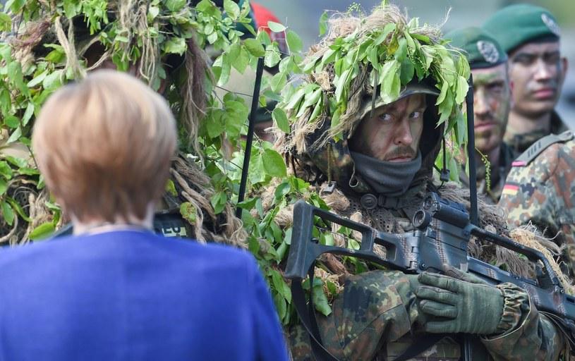 Żołnierze podczas spotkania z Angelą Merkel /PATRIK STOLLARZ / AFP /East News