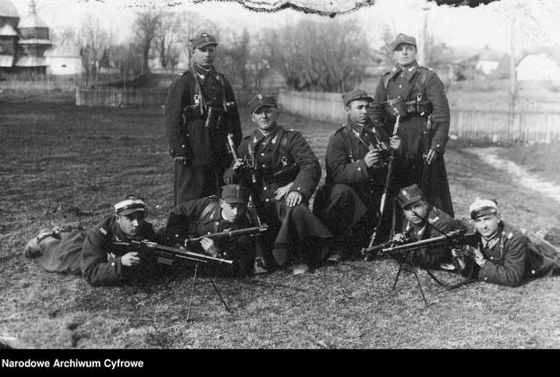 Żołnierze polscy podczas ćwiczeń strzeleckich /Z archiwum Narodowego Archiwum Cyfrowego
