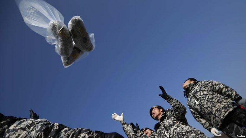 Żołnierze południowokoreańscy wysyłają w powietrze balony propagandowe /Getty Images/Flash Press Media
