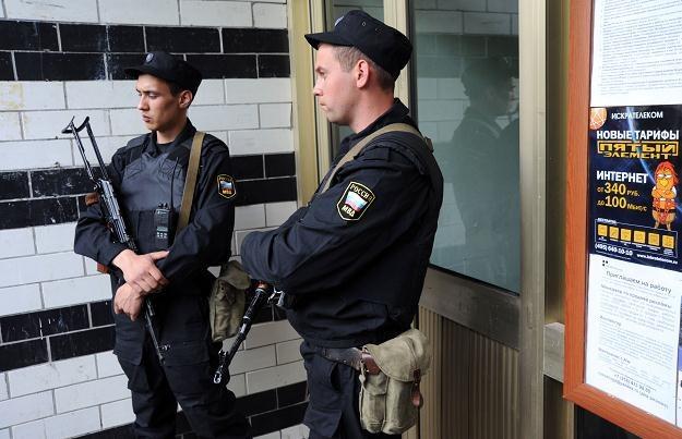 Żołnierze przed wejściem do mieszkania jednego z opozycjonistów /AFP