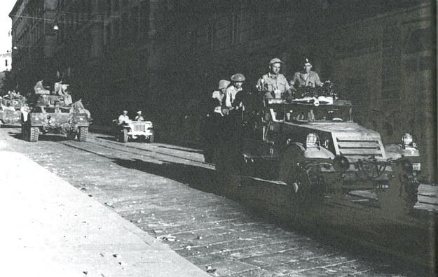 Żołnierze Pułku Ułanów Karpackich wkraczają do zdobytej Ankony, 18.07.1944 r. /reprodukcja FoKa /Agencja FORUM