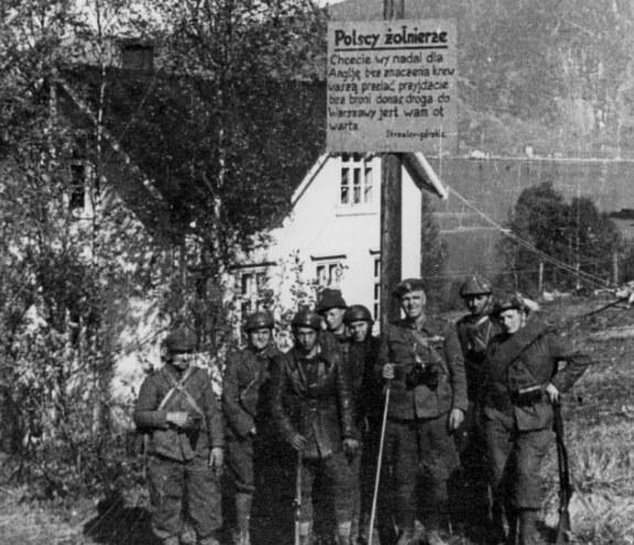 Żołnierze Samodzielnej Brygady Strzelców Podhalańskich w Norwegii. Na słupie widoczny napis umieszczony przez Niemców zachęcający Polaków do dezercji /Z archiwum Narodowego Archiwum Cyfrowego