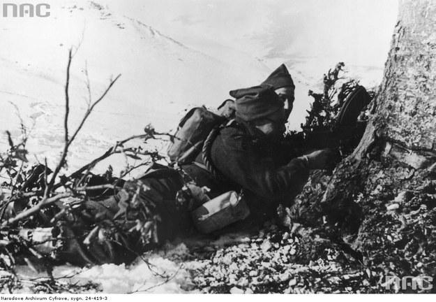 Żołnierze Samodzielnej Kompanii Komandosów w trakcie wypadu nad rzekę Sangro. Obsługa ręcznego karabinu maszynowego bren /Z archiwum Narodowego Archiwum Cyfrowego