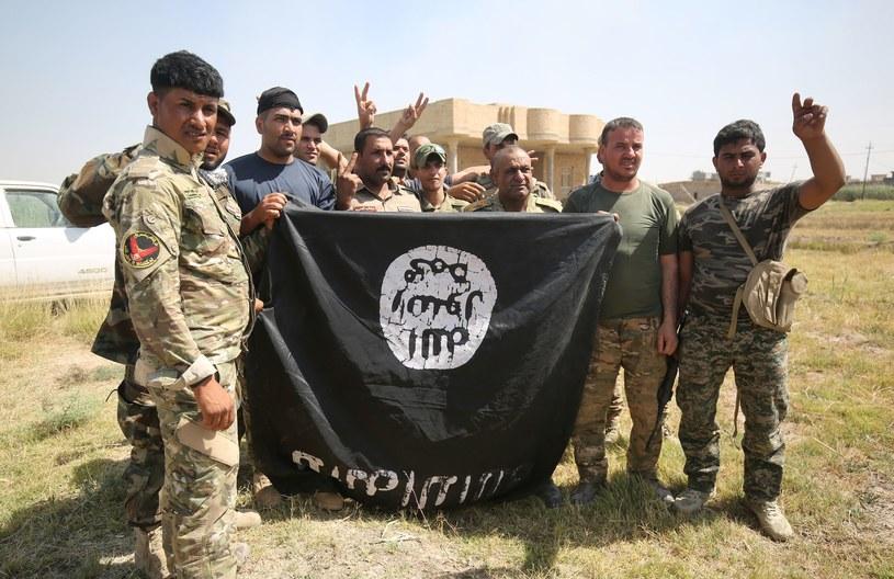 Żołnierze sił rządowych na terenie odbitym z rąk dżihadystów w Państwa Islamskiego /AFP