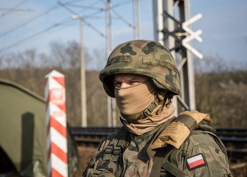 Żołnierze Sił Zbrojnych RP strzegą kluczowych punktów na granicach Polski. W tym mostów kolejowych /Marek M. Berezowski /Reporter