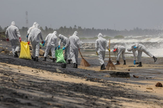 Żołnierze sprzątający plażę nieopodal Kolombo /CHAMILA KARUNARATHNE /PAP/EPA