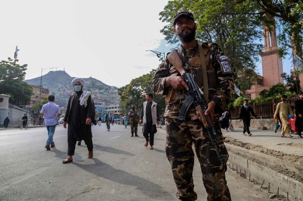 Żołnierze talibscy patrolują ulice Kabulu /STRINGER /PAP/EPA