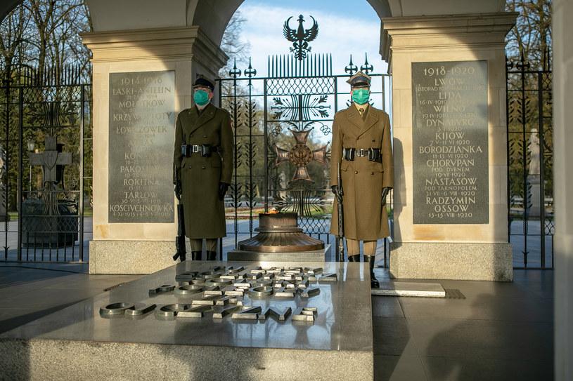 Żołnierze w maseczkach pełnią wartę honorową przy Grobie Nieznanego Żołnierza /www.wojsko-polskie.pl/dgw /