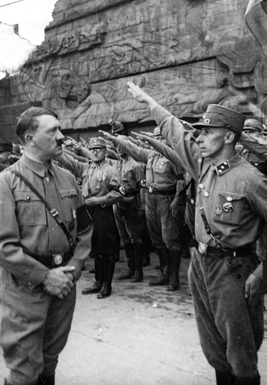 Żołnierze witają Adolfa Hitlera /Berliner Verlag/Archiv    /PAP/EPA