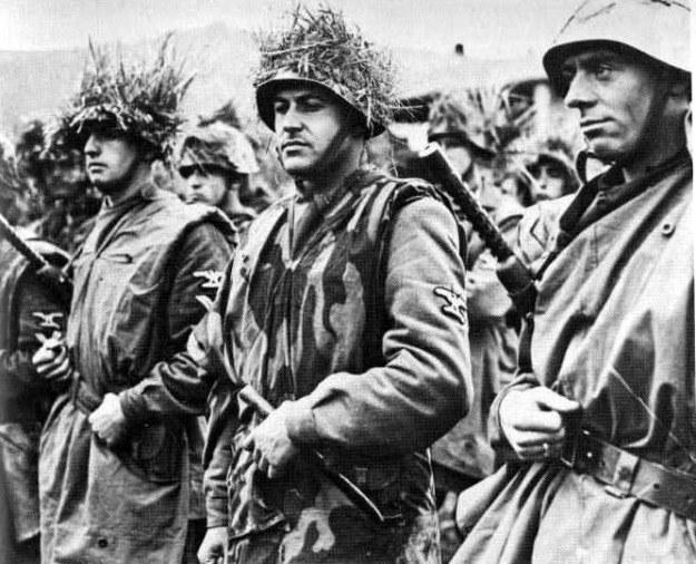 Żołnierze włoskiej jednostki Waffen-SS w marcu 1944roku. Widoczne charakterystyczne umundurowanie i wyposażenie. /Odkrywca