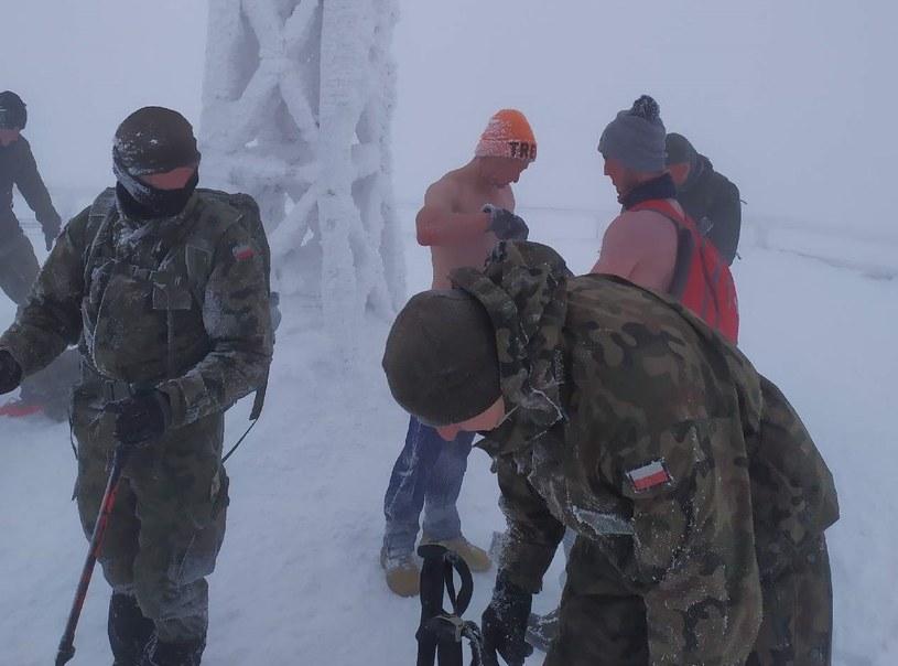 Żołnierze z 18. batalionu przeciwdesantowego z Bielska Białej pomogli dwóm niekompletnie ubranym i wyziębionym turystom zejść z Tarnicy, najwyższego szczytu polskich Bieszczad. /Facebook /