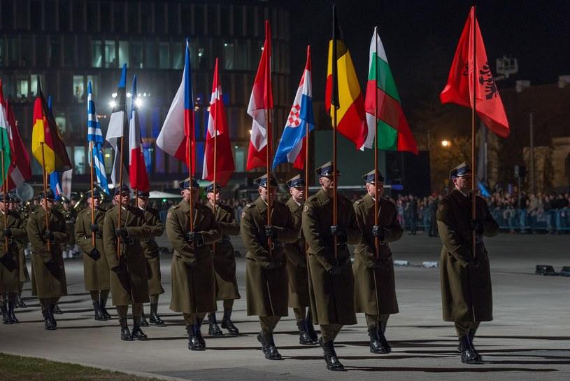 Żołnierze z flagami państw członkowskich NATO /Marcin Morawski /East News