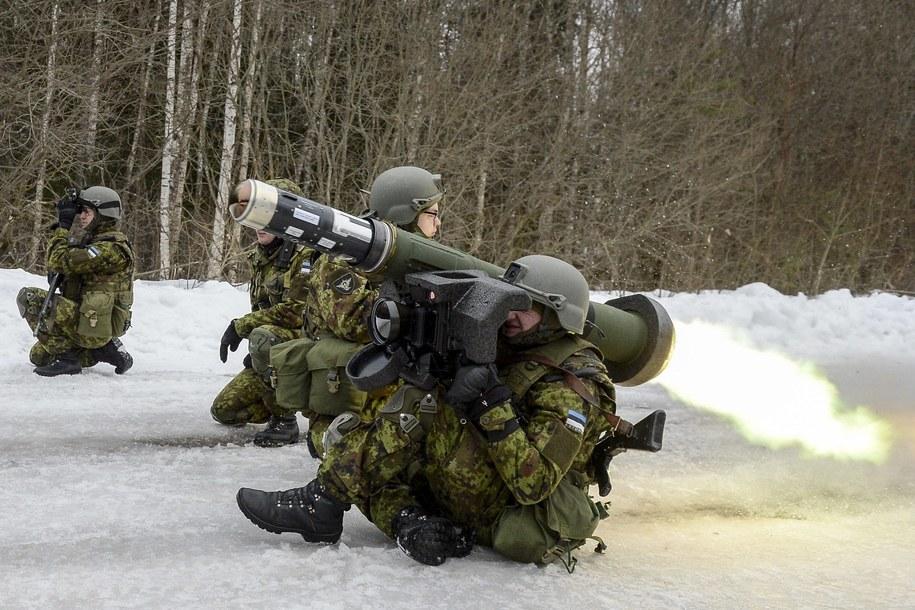Żołnierze z pociskiem przeciwczołgowym Javelin /Sergei Stepanov/Photoshot /PAP/EPA