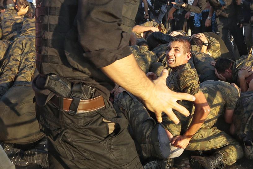 Żołnierze zatrzymani na ulicach przez policję. Nie obyło się bez samosądów /Getty Images