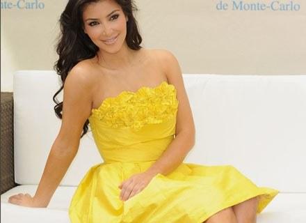 Żółta sukienka podkreśla oryginalną urodę Kim Kardashian /Getty Images/Flash Press Media
