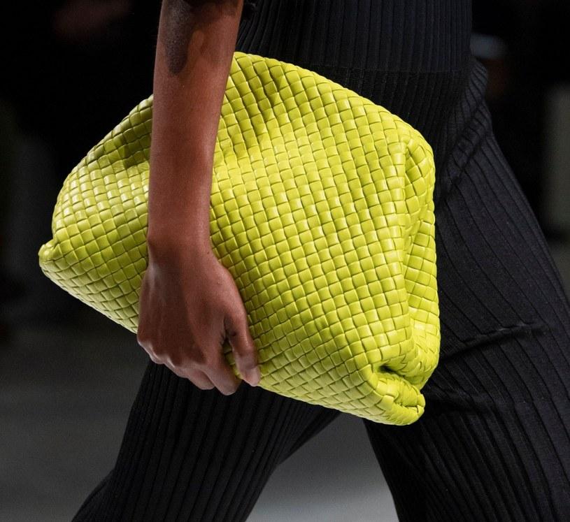 Żółta torebka rewelacyjnie sprawdzi się na lato /REX/Shutterstock /East News