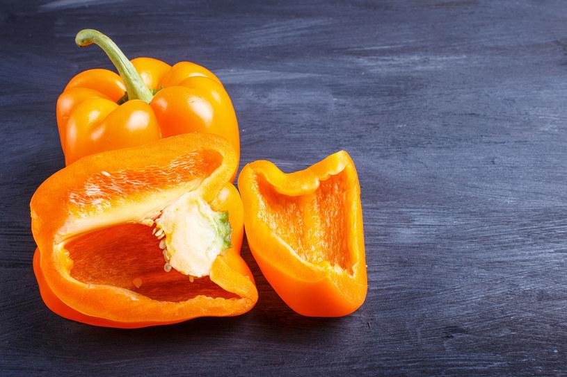 Żółte i pomarańczowe okazy papryki zawierają luteinę i zeaksantynę /123RF/PICSEL