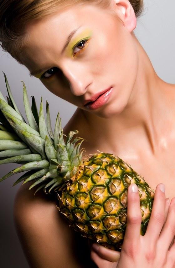 Żółte i zielone cienie - ananasowa inspiracja /© Panthermedia