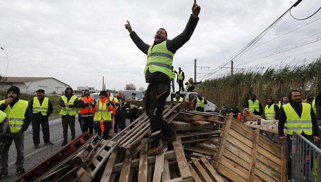 """Żółte kamizelki"" blokują drogi we Francji /GUILLAUME HORCAJUELO  /PAP/EPA"