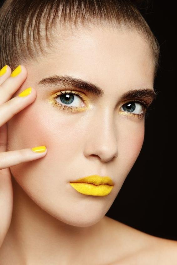 Żółte usta to opcja tylko dla odważnych /123/RF PICSEL