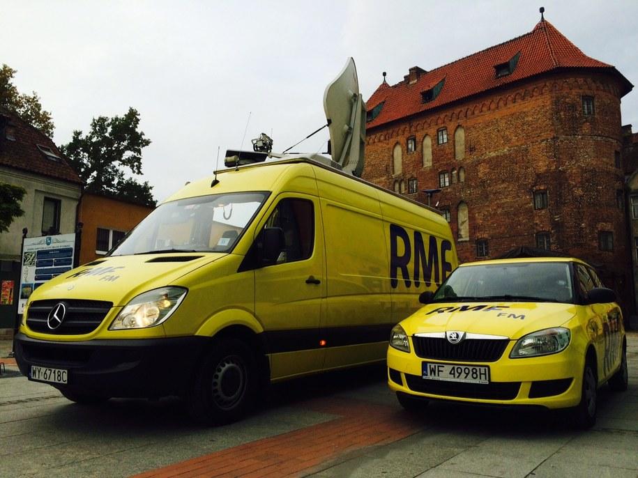 Żółte wozy RMF FM zaparkowały w Lidzbarku Warmińskim /RMF FM