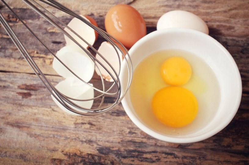 Żółtko jajek to doskonałe źródło wit. C /123RF/PICSEL