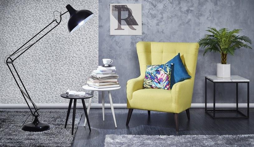 Żółty fotel na tle uniwersalnych szarości to aranżacyjny hit tego sezonu /materiały prasowe