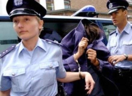 Żona belgijskiego seryjnego zabójcy-pedofila, Michela Fournireta, przed jedną z rozpraw sądowych /INTERIA.PL