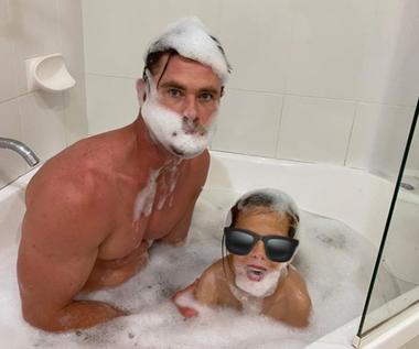 Żona Chrisa Hemswortha opublikowała jego zdjęcie w wannie