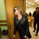 Żona Dariusza K. w okularach przeciwsłonecznych w sądzie