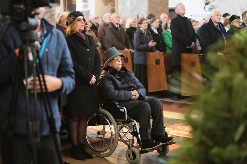 Żona Jana Kobuszewskiego, Hanna Zembrzuska (C) i córka Marianna podczas uroczystości pogrzebowych Jana Kobuszewskiego /Leszek Szymański /PAP