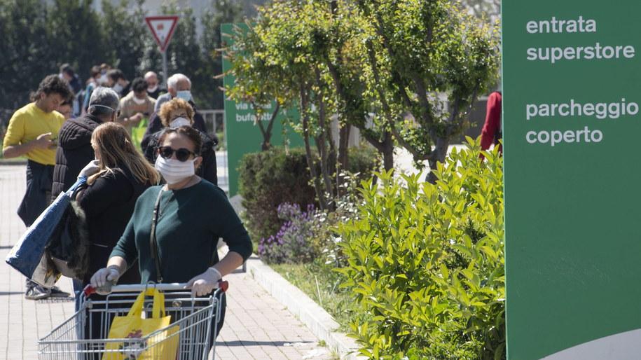 Zorganizowane grupy przestępcze oferują darmowe paczki żywnościowe ludziom, którzy z powodu epidemii koronawirusa zaleźli się w kłopotach finansowych /MAURIZIO BRAMBATTI /PAP/EPA