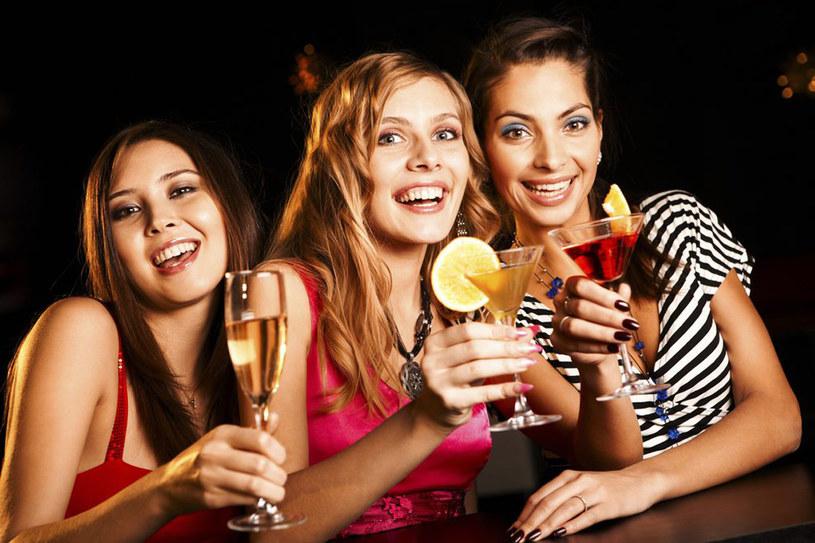 Zorganizowanie zabawy w mieszkaniu, jednej ze znajomych osób, dla wszystkich uczestników imprezy wiąże się na pewno z niższymi kosztami /East News