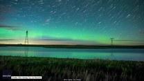 Zorza i świetliki. Timelapse pięknej kanadyjskiej nocy
