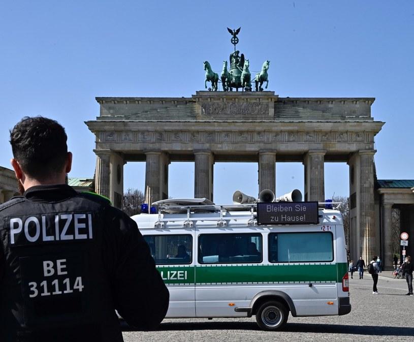 """""""Zostańcie w domu"""" - taki napis widnieje na radiowozie niemieckiej policji, zaparkowanym obok Bramy Brandenburskiej /AFP"""