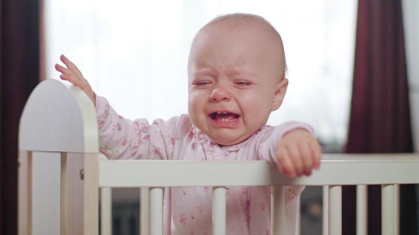 Zostawianie malca w łóżku by się wypłakał przynosi więcej szkód niż pożytku /123RF/PICSEL