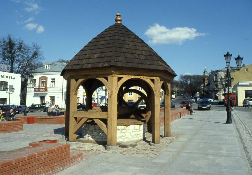 Zrekonstruowana studnia z czasów średniowiecza to ulubione miejsce turystów /East News