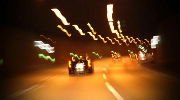 Źrenice kierowcy pod wypływem amfetaminy nie są odporne na oślepianie. /Motor