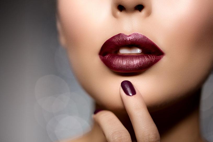 Zrezygnujmy z klasycznej czerwonej szminki na rzecz ciemniejszych odcieni /123RF/PICSEL