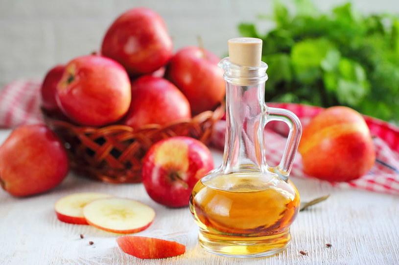 Zrób okład z octu jabłkowego /©123RF/PICSEL