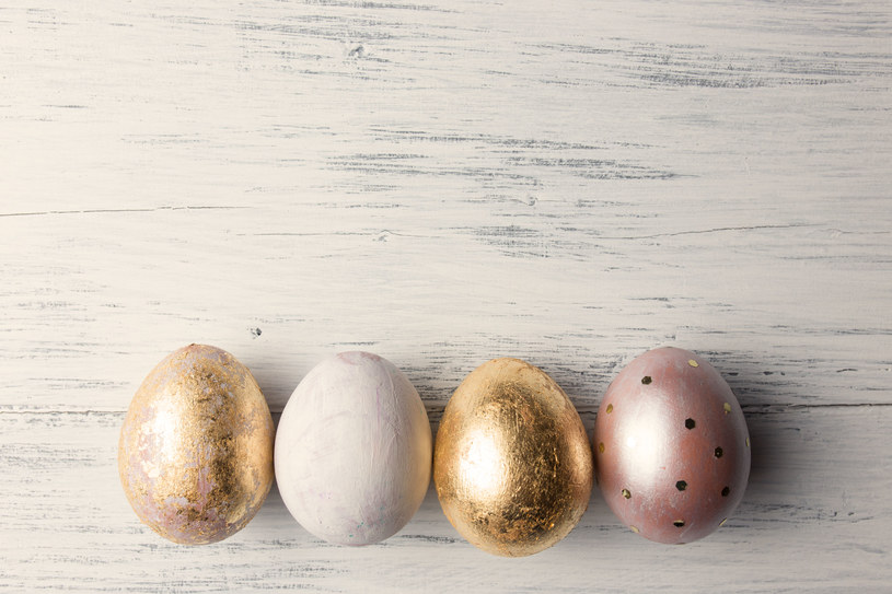 Zrób sama wywar i zafarbuj jajka. Możesz je również ozdobić folią w kolorze złota /123RF/PICSEL