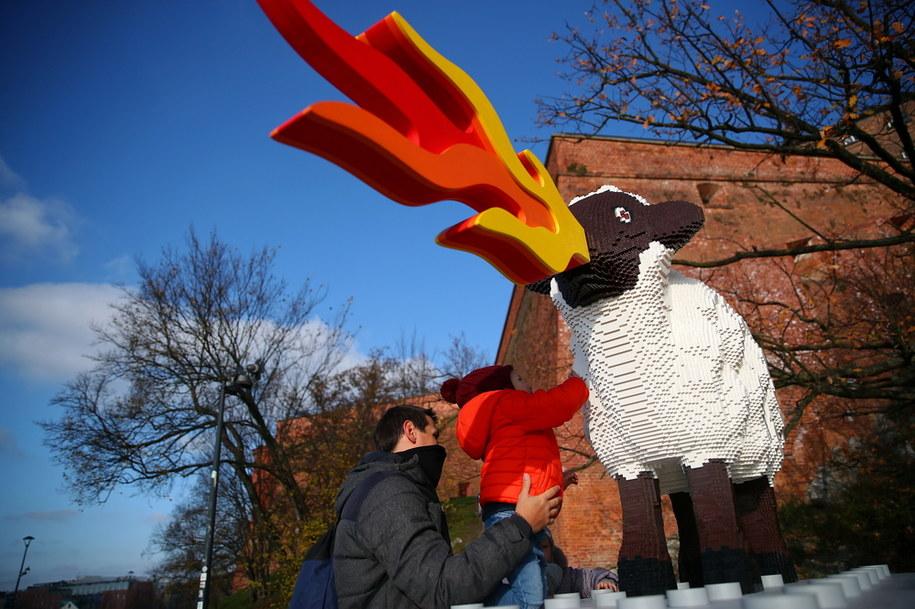 Zrobiona z klocków Lego owca ziejąca ogniem stanęła w Krakowie, tuż obok Smoka Wawelskiego //Łukasz Gągulski /PAP