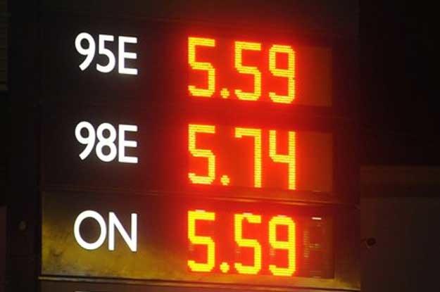 Zrobisz zakupy powyżej ustalonej kwoty, otrzymasz specjalną zniżkę na benzynę /Fot. Wojciech Strozyk /Reporter