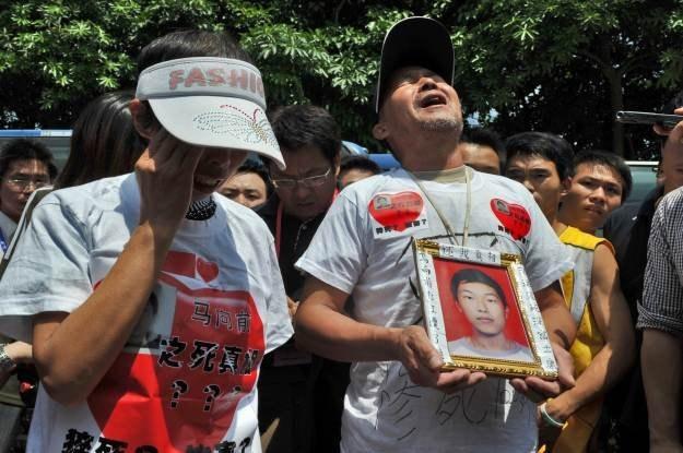 Zrozpaczeni rodzice jednego z pracowników, który popełnił samobójstwo w styczniu tego roku /AFP