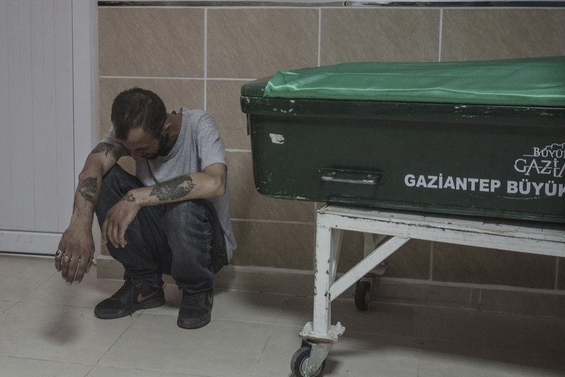 Zrozpaczony mężczyzna przy trumnie jednej z ofiar /AFP
