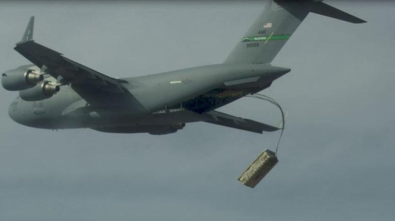 Zrzut amunicji na paletach z samolotu C-17. Fot. Air Force Materiel Command /materiały prasowe